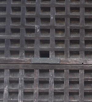 四萬部寺の不思議な格子戸