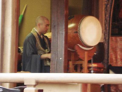 11番常楽寺で住職が和太鼓で般若心経を読んでくれました。