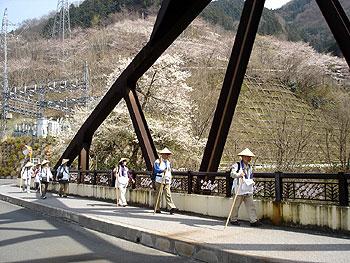 浦山ダムを左に橋を渡る