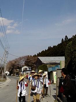 清雲寺まではあと少し、飛行機雲もきれいです。