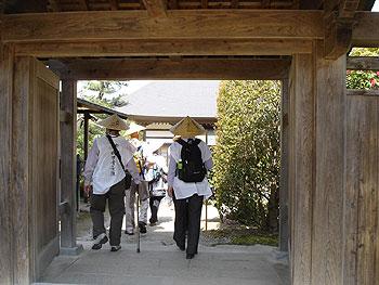 8番西善寺の山門に到着です。