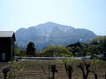 7番法長寺手前の道から武甲山を望む