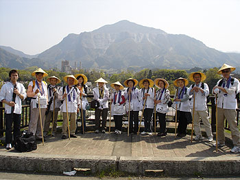 橋の上で武甲山をバックに記念撮影
