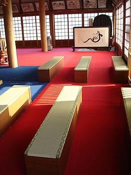 12番野坂寺の本堂内の長いす