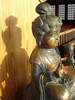 12番野坂寺の本堂左横にあるほほえみ観音