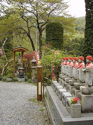 6番ト雲寺では六地蔵が迎えてくれる