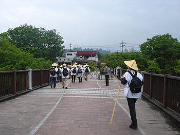 荒川を下に見ながら旧秩父橋を渡る。