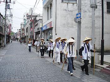 秩父神社の参道を15番少林寺へ