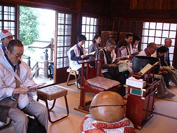 13番慈眼寺の本堂内で読経をしました。