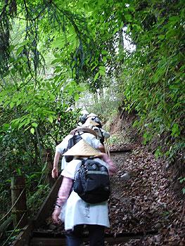 急な「念仏坂」を登る!