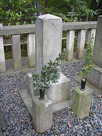 本名の「吉田寅次郎藤原矩方墓」と刻まれています。